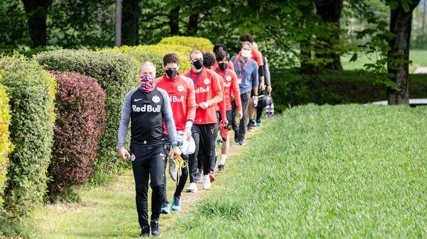 Футболисты Ред Булл Зальцбург выходят на тренировку в защитных масках во время пандемии коронавируса
