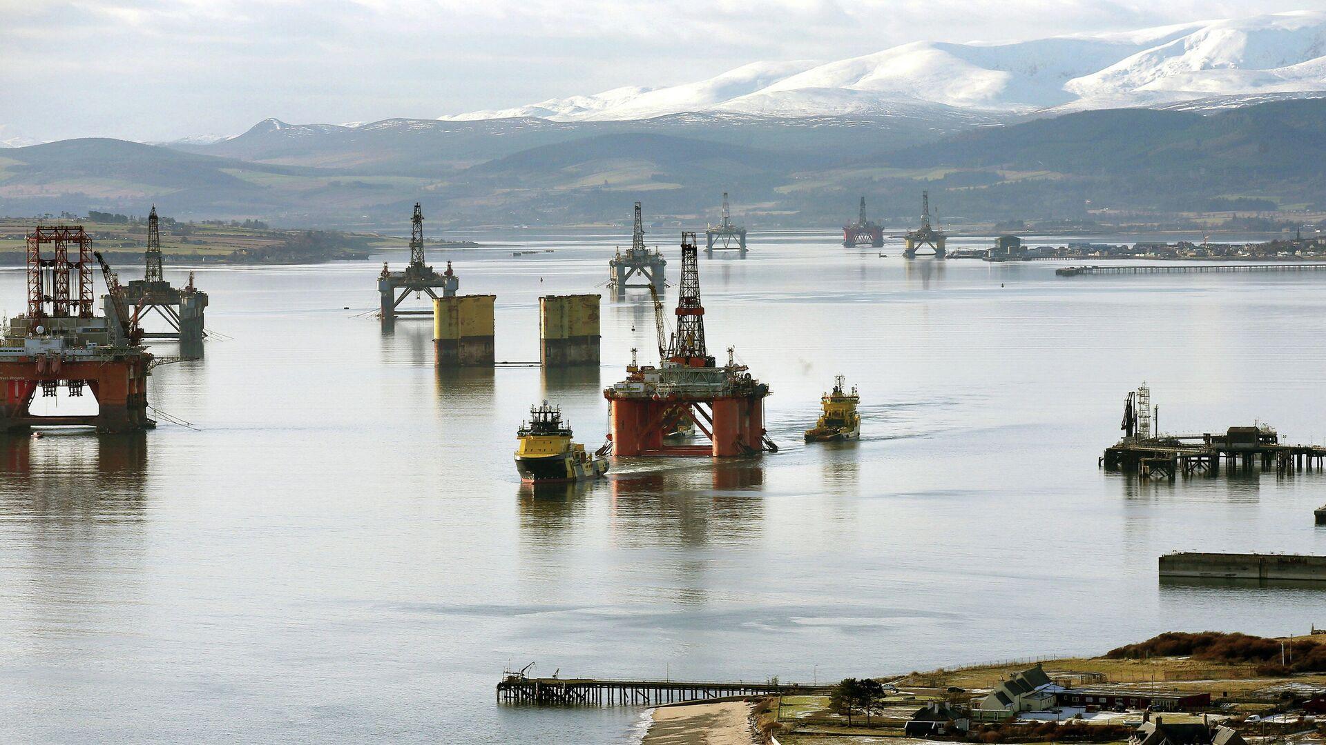 Нефтяные платформы у берегов Шотландии в Северном море - РИА Новости, 1920, 08.03.2021