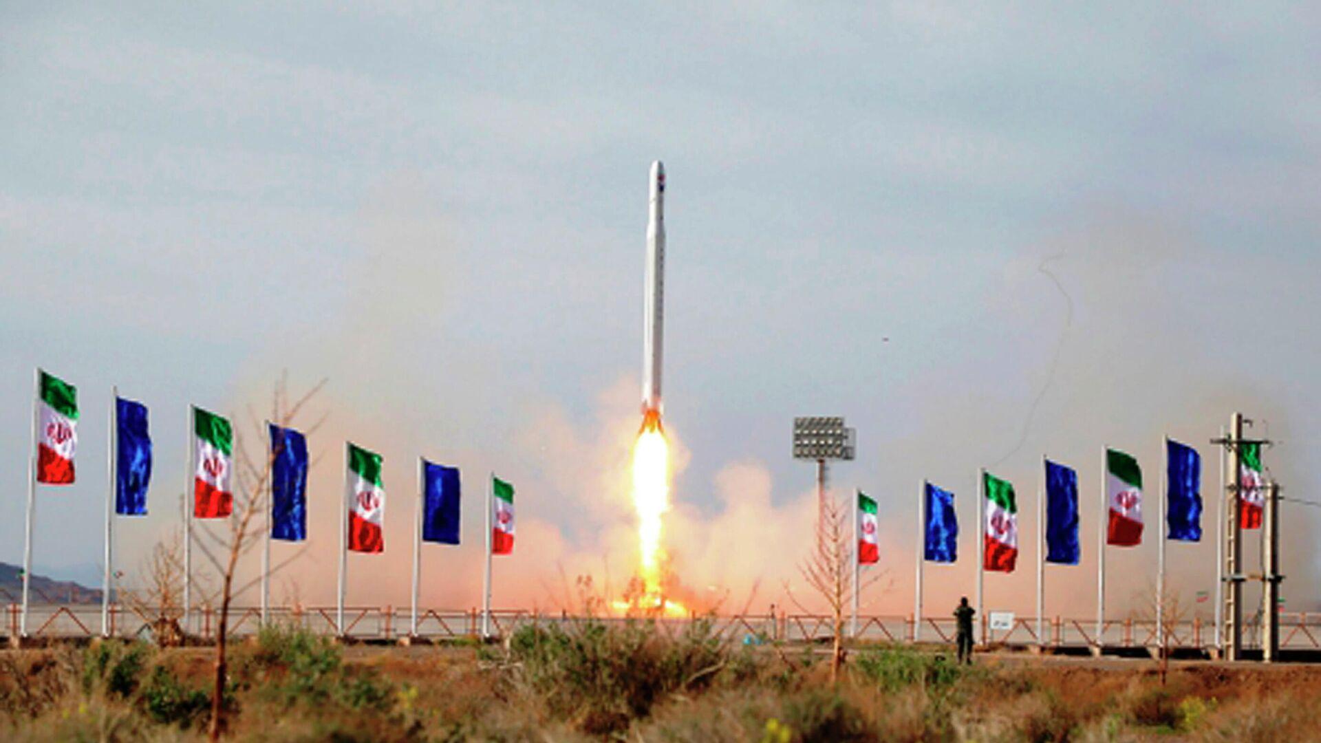 Запуск ракеты-носителя с военным спутником в Иране - РИА Новости, 1920, 16.01.2021