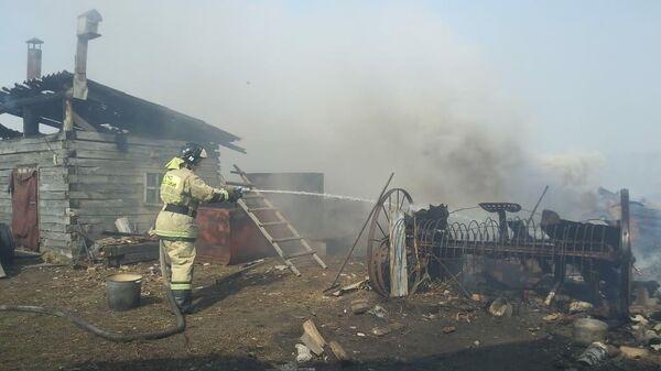 Сотрудник МЧС во время ликвидации пожара в Колосовском муниципальном районе Омской области