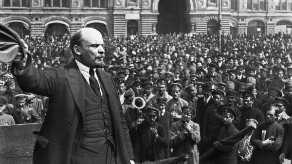 Владимир Ильич Ленин произносит речь в день празднования второй годовщины войск Всевобуча на Красной площади в Москв