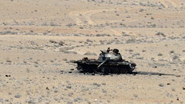 Подбитый танк Т-55 в окрестностях захваченного террористами города Эль-Карьятейн в Сирии