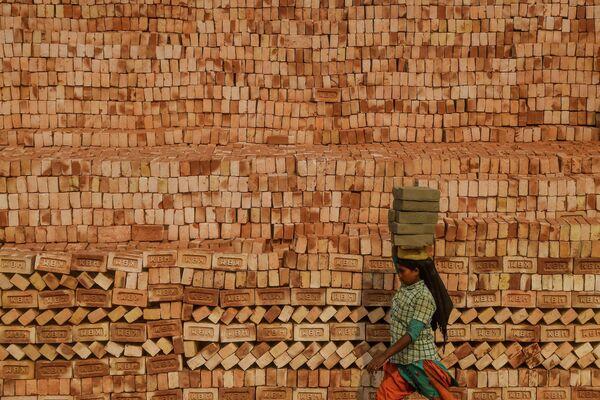 Мигрант на кирпичной фабрике в Калькутте, Индия