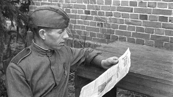 Боец читает газету. Второй Белорусский фронт