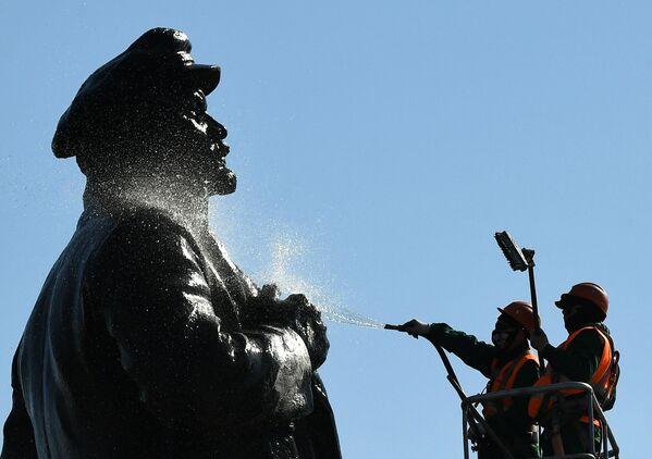 Мойка памятника В. Ленину в Красноярске