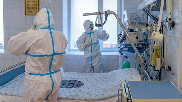 Медицинские работники в коронавирусном стационаре