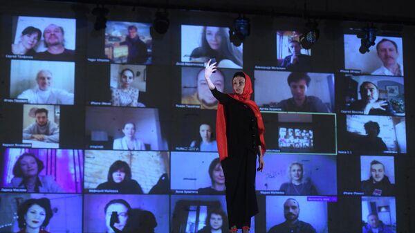 Директор Театра на Таганке, актриса Ирина Апексимова во время виртуального сбора труппы в Театре на Таганке в Москве
