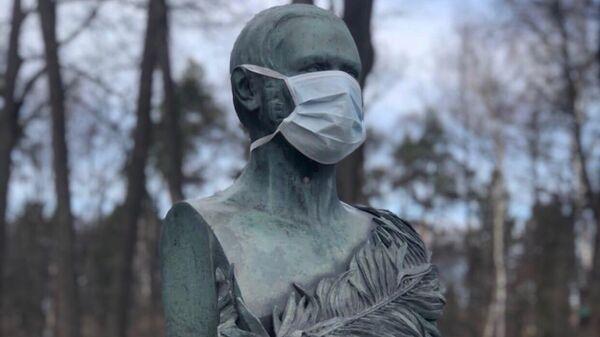 Памятник князю Петру Андреевичу Вяземскому в медицинской маске