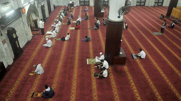 Начало священного для мусульман месяца Рамадан в Индонезии