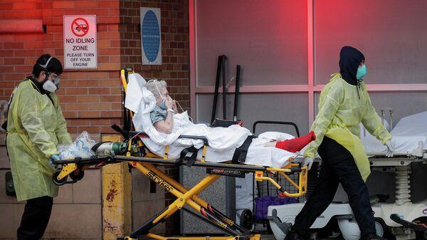 Медицинские работники доставляют пациента в центр неотложной помощи в Нью-Йорке