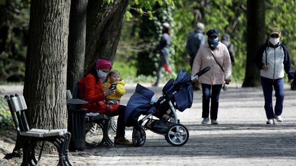 Посетители парка Лазенки в Варшаве, Польша