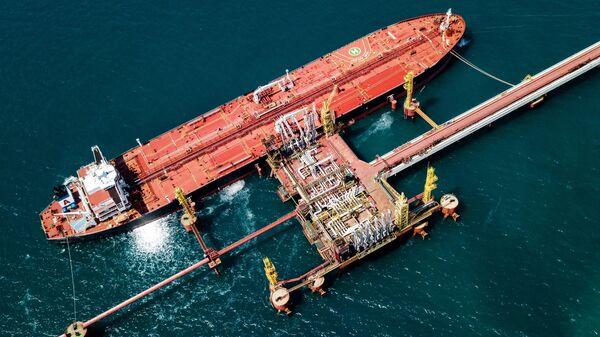 Нефтяной танкер у нефтеналивного терминала
