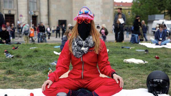 Женщина на акции против введенных карантинных мер в Берлине, Германия