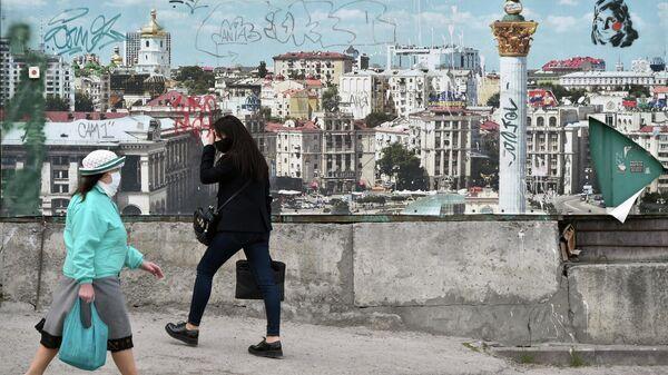 Прохожие на улице в Киеве
