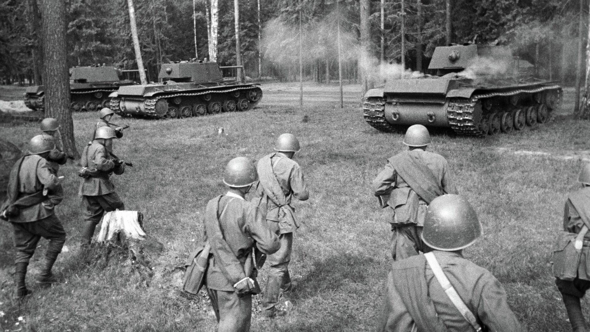 Советские тяжелые танки КВ-1 выходят на позицию для атаки. Западный фронт - РИА Новости, 1920, 29.04.2020