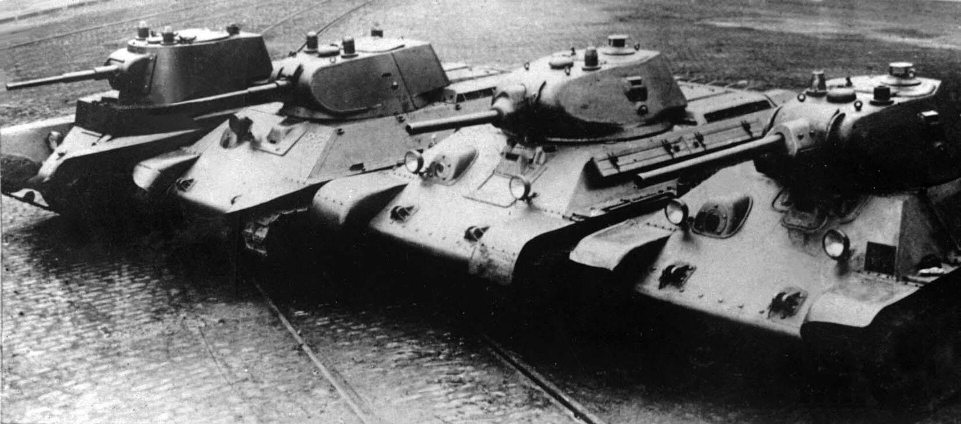Довоенные танки производства завода № 183. Слева направо: А-8 (БТ-7М), А-20, Т-34 обр. 1940 года с пушкой Л-11, Т-34 обр. 1941 года с пушкой Ф-34 - РИА Новости, 1920, 16.09.2020