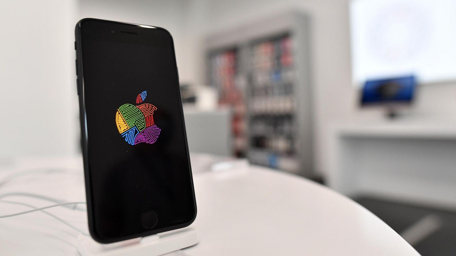 Новый смартфон компании Apple iPhone SE 2020 в магазине Cstore в Москве - РИА Новости, 1920, 20.07.2021