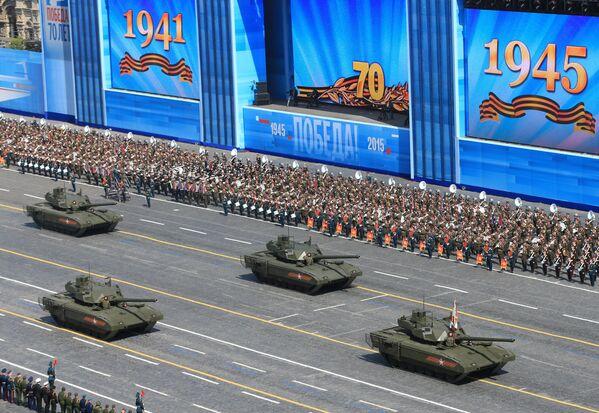 Танк Т-14 на гусеничной платформе Армата во время военного парада в ознаменование 70-летия Победы в Великой Отечественной войне 1941-1945 годов