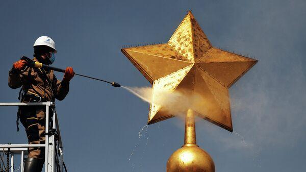 Работы по плановому уходу на обелиске Городу-герою Ленинграду на площади Восстания в Санкт-Петербурге