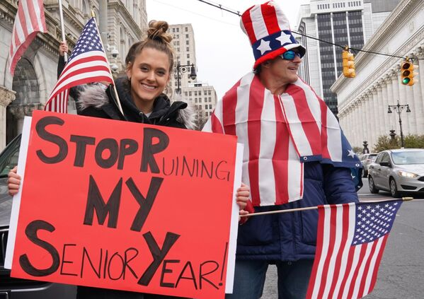 Участники акции с требованием отмены карантина в США на одной из улиц Олбани