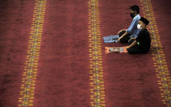 Верующие во время молитвы в мечети Агунг в индонезийском Медане