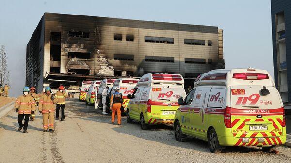 Машины скорой помощи припаркованы возле сгоревшего склада в Ичхоне, Южная Корея