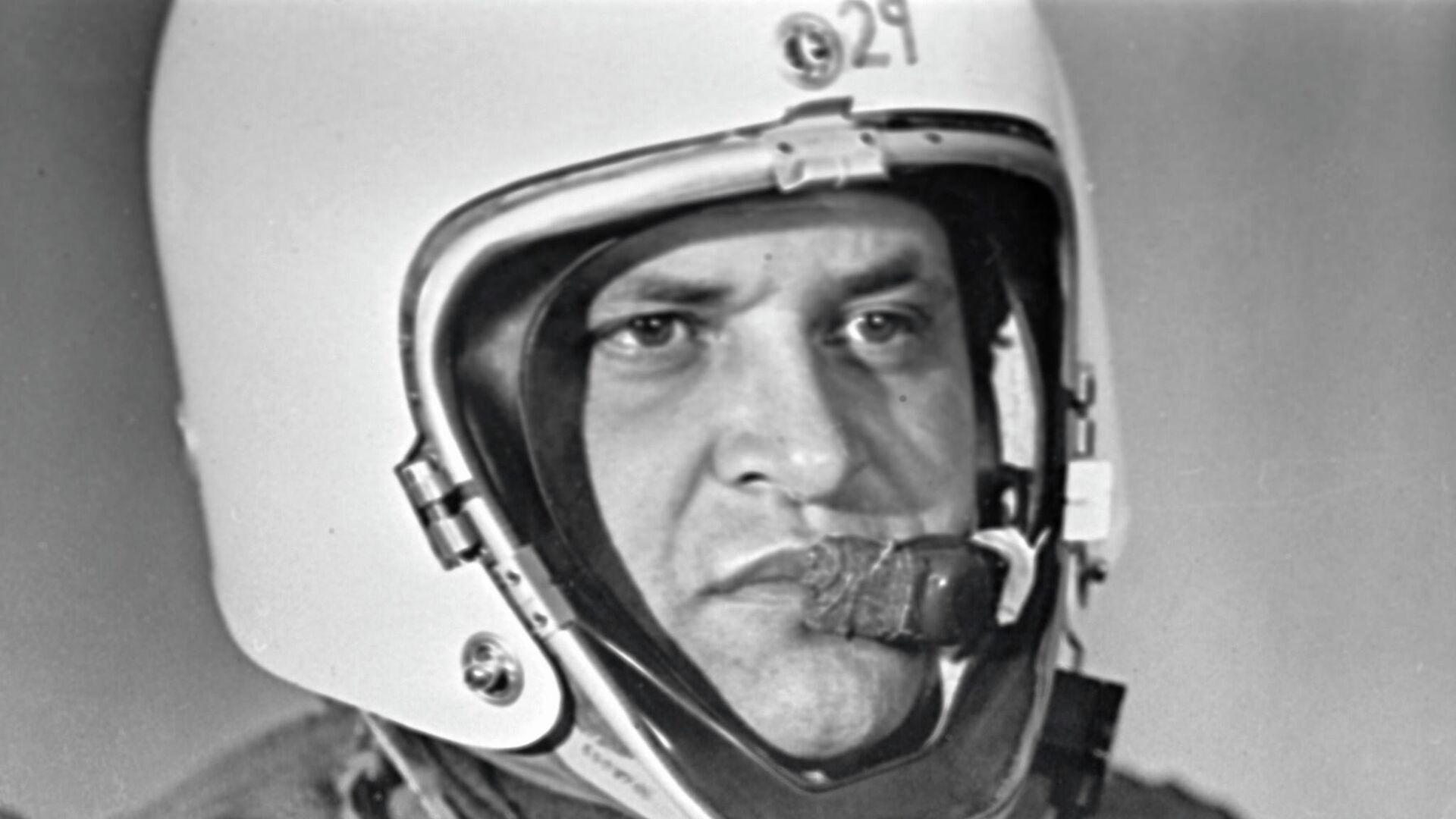 Фрэнсис Гарри Пауэрс в специальной экипировке для длительных полетов в стратосфере - американский шпион, чей самолет-разведчик Локхид У-2 был сбит советской зенитной ракетой под Свердловском - РИА Новости, 1920, 01.05.2021