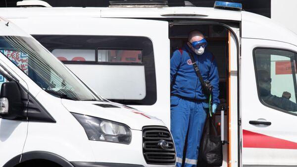 Машины скорой помощи на территории карантинного центра в Коммунарке