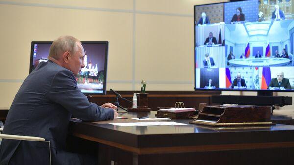 Президент России Владимир Путин проводит в режиме видеоконференции совещание