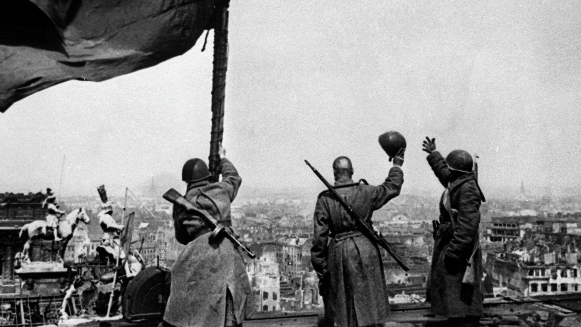 Советское знамя над Рейхстагом - РИА Новости, 1920, 02.05.2020