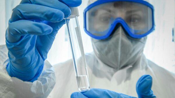 Медицинский работник держит в руках тест на коронавирус в Азербайджане