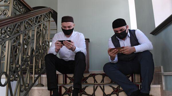 Верующие смотрят онлайн трансляцию хатма в Галеевской мечети в Казани
