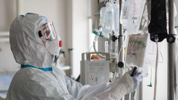 Медицинский работник в отделении реанимации и интенсивной терапии в стационаре для больных с коронавирусной инфекцией