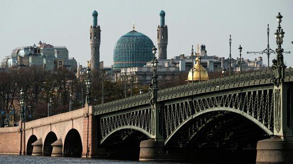 Вид на Троицкий мост и Соборную мечеть в Санкт-Петербурге