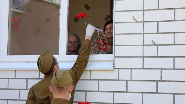 Военнослужащие ЦВО дали концерты под окнами домов ветеранов Великой Отечественной войны в Самаре
