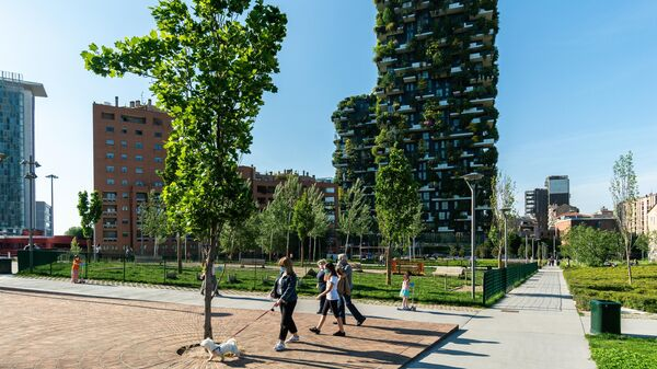 Отдыхающие в парке возле жилого комплекса Bosco Verticale в Милане