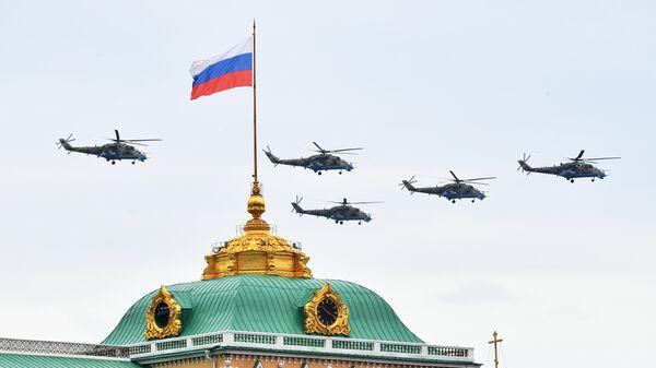 Ударные вертолеты Ми-24 на репетиции воздушного парада Победы в Москве