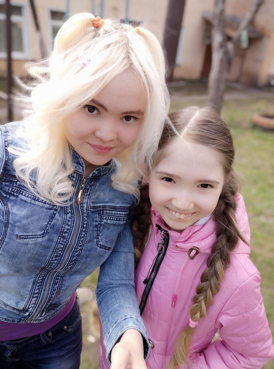 Дарина с сестрой  ежедневно выходят на прогулку