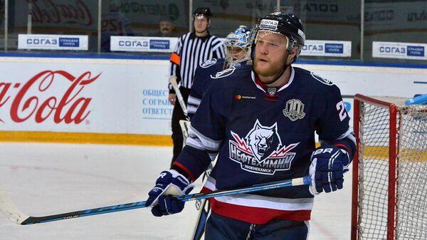 Защитник хоккейного клуба Нефтехимик Андрей Сергеев