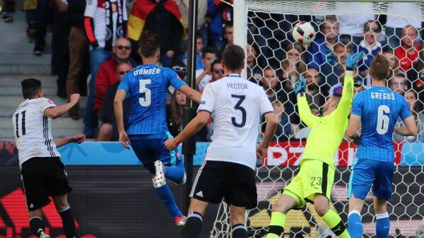 Юлиан Дракслер (слева) поражает ворота сборной Словакии в 1/8 финала ЕВРО-2016