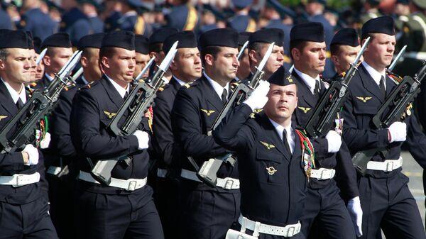 Французские офицеры эскадрильи Нормандия-Неман на Красной площади во время Парада в честь 65-й годовщины Победы в Великой Отечественной войне