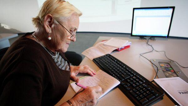 Пенсионерка работает за компьютером