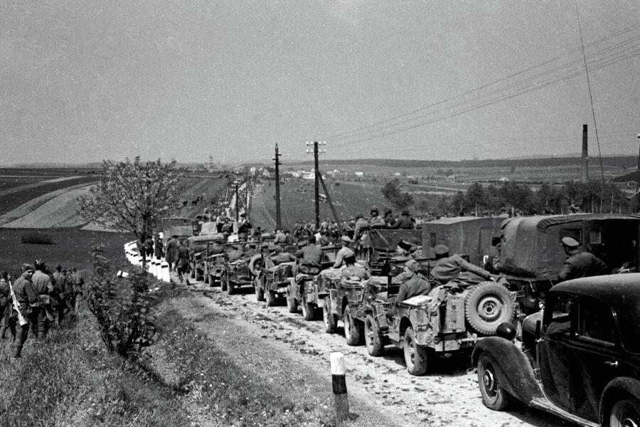 Советские войска на марше по дороге Брно-Прага. 2-й Украинский фронт