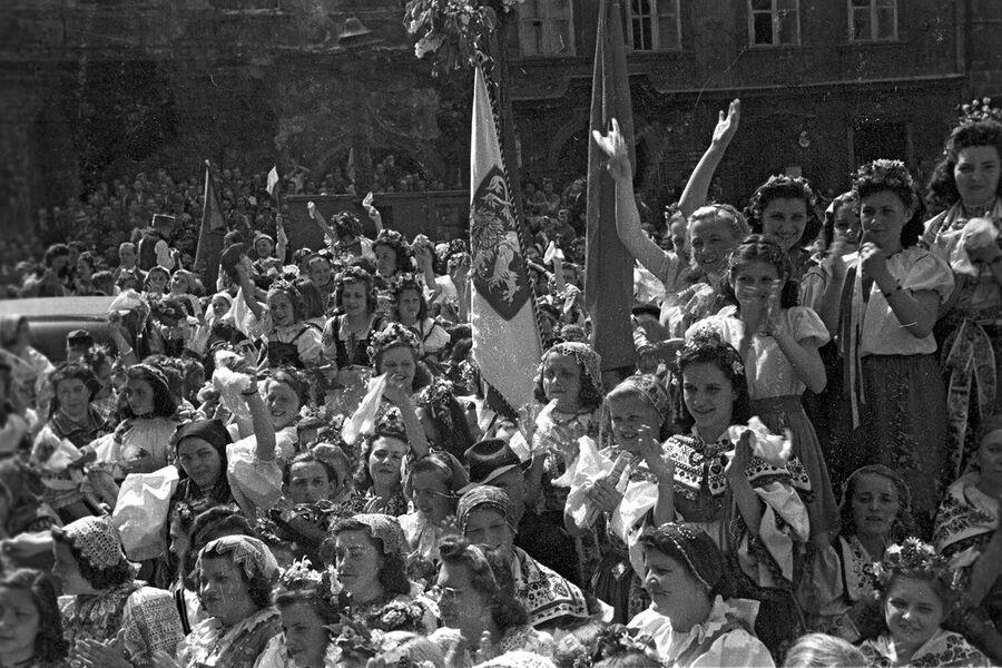 Население Праги приветствует советских воинов-освободителей. Великая Отечественная война 1941-1945 годов
