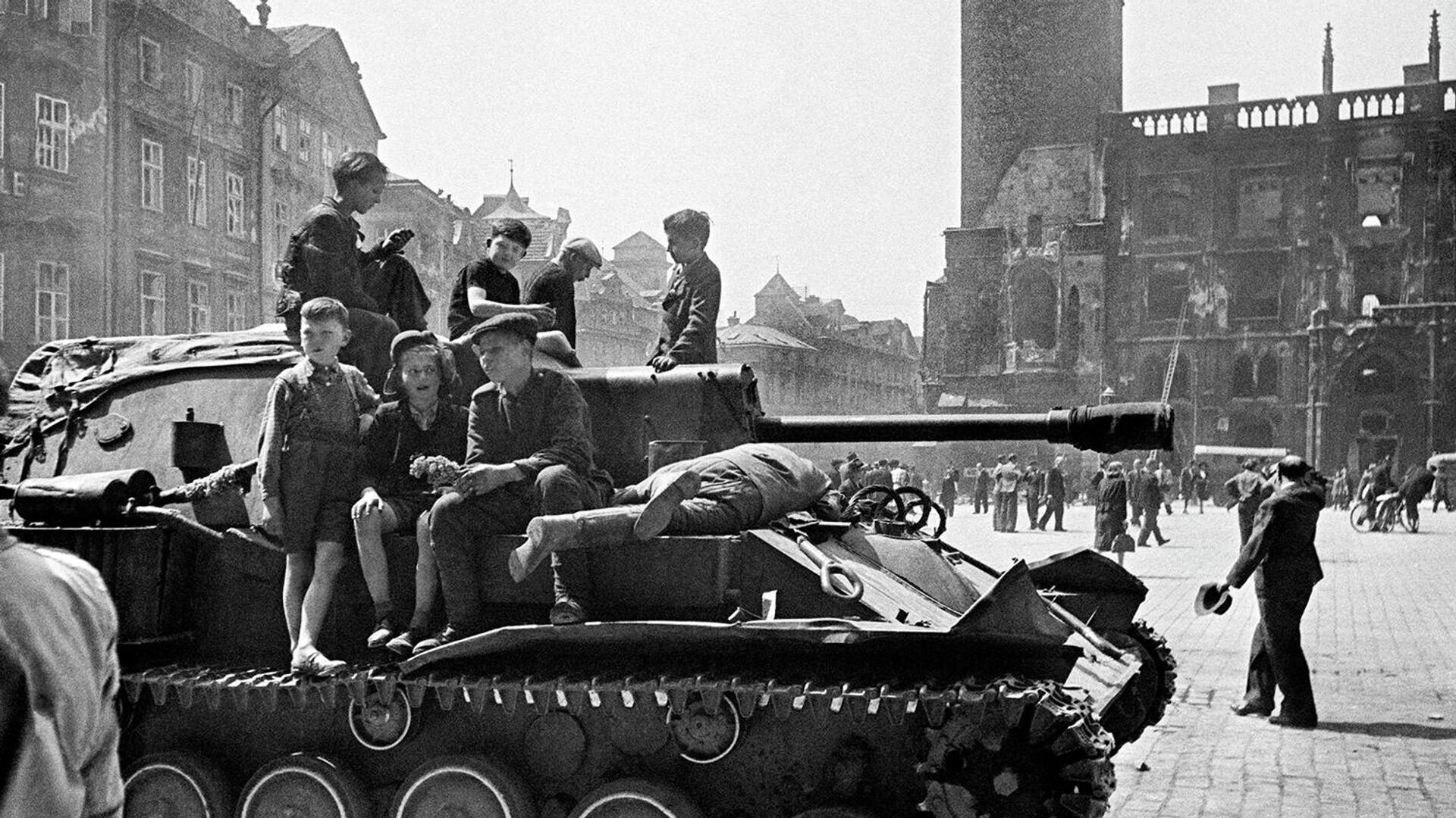 Дети сидят на броне самоходной артиллерийской установки в освобожденной Праге - РИА Новости, 1920, 08.05.2020