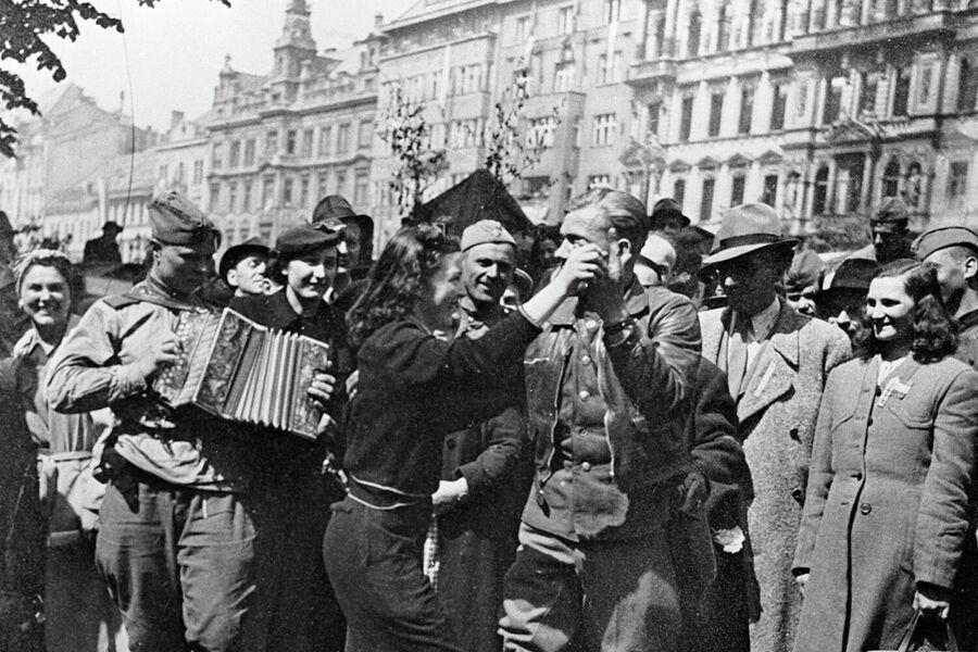 Советские воины и жители города празднуют освобождение Праги на Вацлавской площади