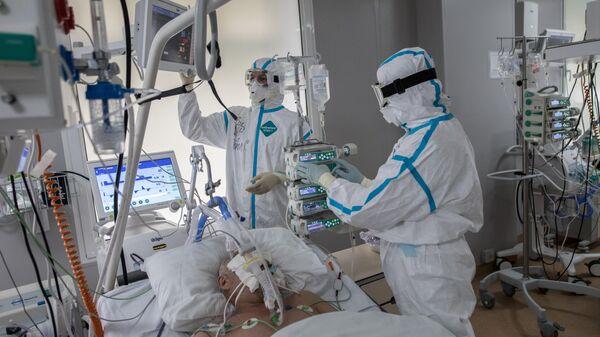 Врачи и пациент в отделении реанимации и интенсивной терапии в центре МГУ имени М. В. Ломоносова