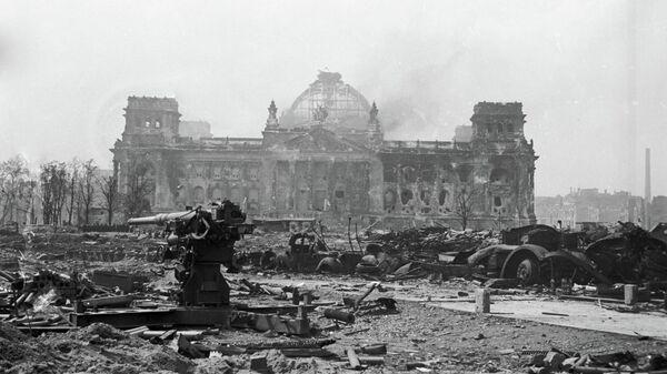 Зенитное орудие стоит у развалин Рейхстага в Берлине. Май 1945 года