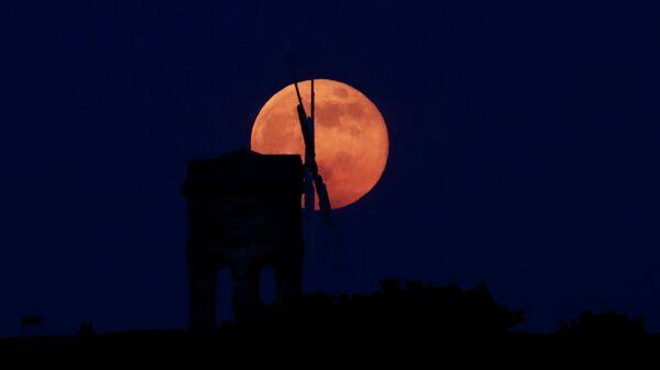 Цветочная Луна над ветряной мельнице Честертона, Англия
