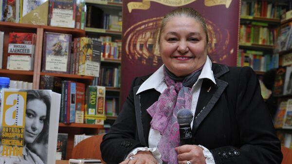 Актриса, кинорежиссер Наталья Бондарчук в книжном магазине Библио-Глобус на презентации своей книги Единственные дни